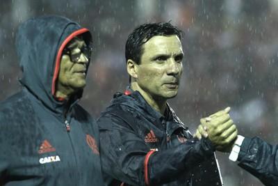 Zé Ricardo, ao lado de Jayme, é cumprimentado pela vitória (Foto: Gilvan de Souza/Flamengo)