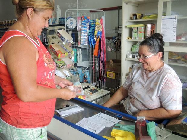 Comércio de dona Terezinha recebe contas dos moradores de Lagoa de Velhos, no RN (Foto: Fred Carvalho/G1)