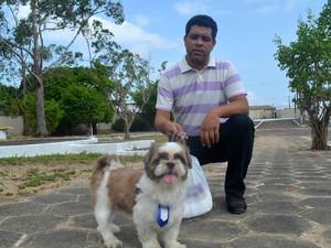 Veterinário Luiz Alencar Júnior orienta cuidados para período de calor (Foto: Fabiana Figueiredo/G1)