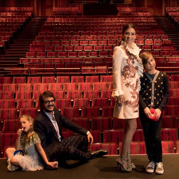 Rodrigo com a mulher, Maria Raduan, e os filhos Bento e Ana. Todos vestem Gucci (Foto: Rômulo Fialdini)