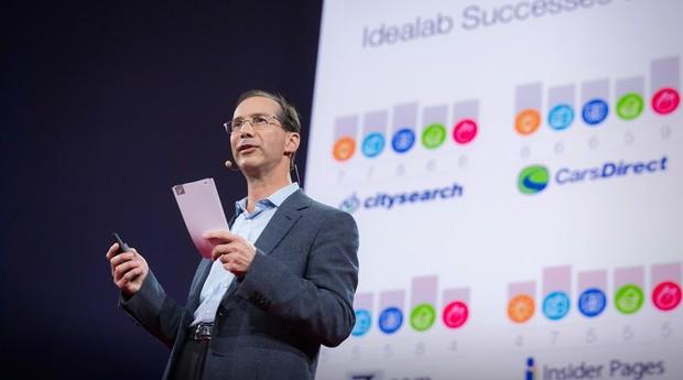 Palestra do empreendedor em série Bill Gross falou dos fatores que levam startups ao sucesso (Foto: Divulgação)