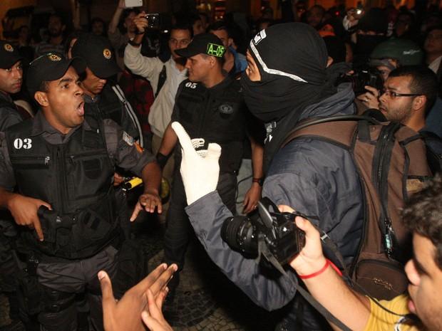 Policiais e manifestantes se enfrentam durante protesto na Cinelândia, no centro do Rio de Janeiro (Foto: Marcos de Paula/Estadão Conteúdo)