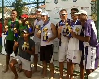 Duplas comemoram a conquista no Circuito Rio Sul de Vôlei de Areia  (Foto: Reprodução RJTV 2ª Edição)