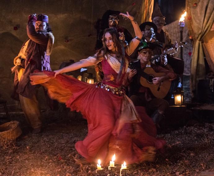 Emília dança alegremente  (Foto: Fábio Rocha/Gshow)