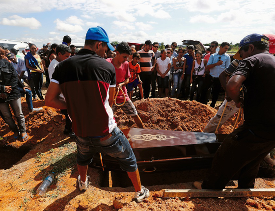 Enterro de agricultores no Pará,estado campeão de assassinato no campo (Foto: Lunae Parracho/REUTERS)