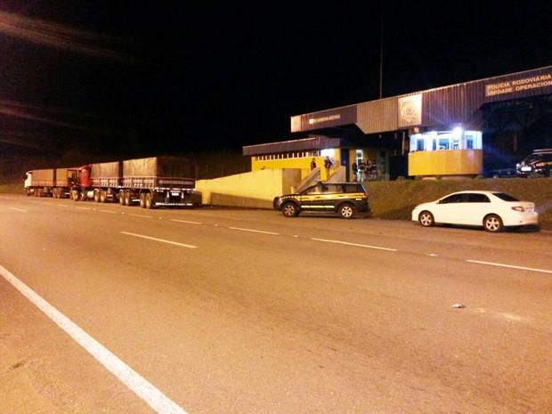 Dois caminhões e um carro foram apreendidos pela PRF (Foto: Divulgação/Polícia Rodoviária Federal)