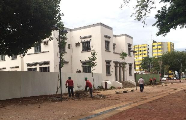 Parte à direita da Praça Cívica ficará fechada por tapume até janeiro, em Goiânia, Goiás (Foto: Paula Resende/ G1)