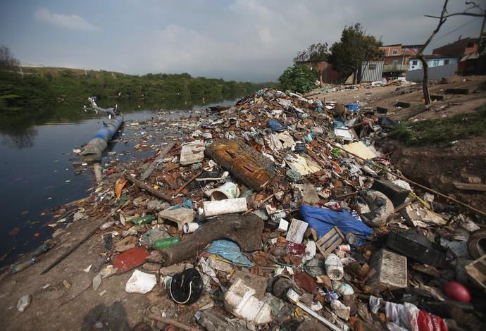Lixo no Canal do Cunha poluição Baía de Guanabara (Foto: Matthew Stockman/Getty Images)