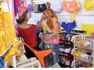 Clientes escolhem produtos na loja (Foto: Divulgação/G. Gonçalves)