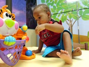 Cristiano se diverte na brinquedoteca do GAC, no Oswaldo Cruz, onde está internado (Foto: Moema França/G1)