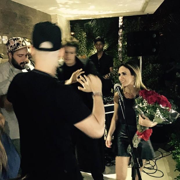 Tatá Werneck ganha flores em festa de aniversário (Foto: Reprodução/Instagram)