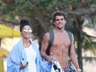 Aline Riscado e Felipe Roque são vistos saindo da praia no Rio