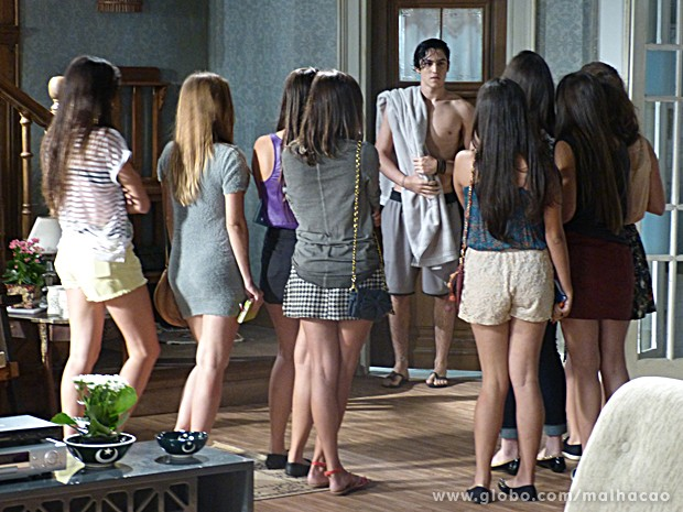 Elas dão de cara com Antônio de toalha e ficam babando! (Foto: Malhação / TV Globo)