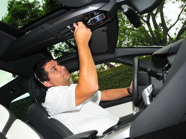 Fabiano Possi não se confundiu na cabine lotada de comandos do DS5  (Foto: Oswaldo Luiz Palermo/Autoesporte)