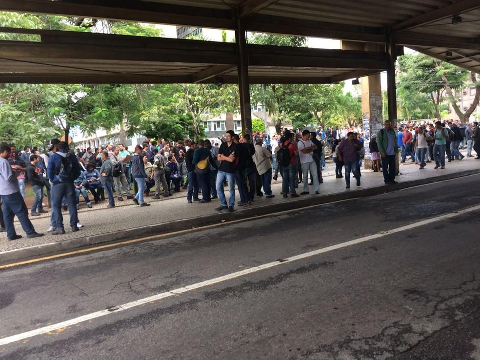 Manifestantes impediram a circulação de ônibus em Volta Redonda (Foto: TV Rio Sul/Cristiane Mendes)