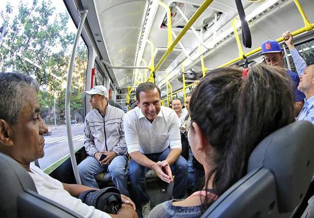 O prefeito de São Paulo, João Doria, conversa com passageiros durante trajeto de ônibus do Terminal Capelinha até Praça da Bandeira (Foto: Fabio Arantes/SECOM)