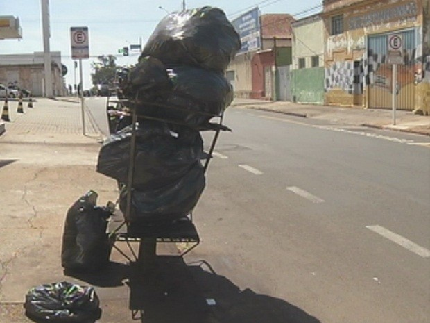 Lixo ficou acumulado nas ruas da cidade (Foto: Reprodução/TV TEM)