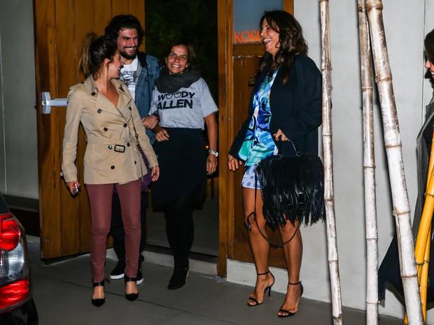 Fernanda Paes Leme e Ivete Sangalo com os irmãos, Alexandre e Cynthia, respectivamente, em restaurante em São Paulo (Foto: Manuela Scarpa/ Foto Rio News)