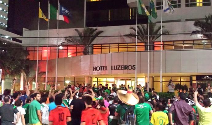 torcida mexico em frente ao hotel (Foto: Cassius Leitão)