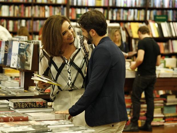 Silvia se aproxima de Edu afirma que ele vai longe (Foto: Dupla Identidade/TV Globo)