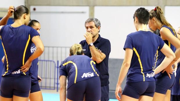 Zé Roberto orienta equipe do Campinas antes da última rodada da Superliga Feminina (Foto: Felipe Christ / Amil)