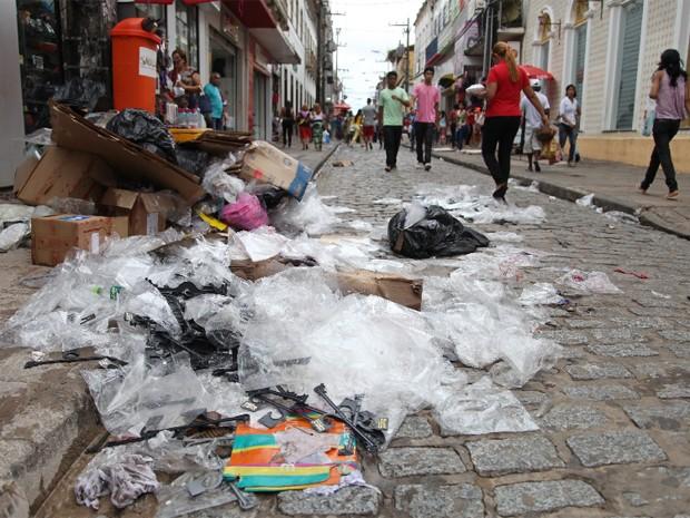 Na Rua Grande, as calçadas estavam cheias de lixo ainda do dia anterior.  (Foto: Flora Dolores/O Estado)