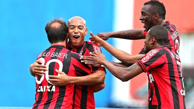 Luiz Alberto comemora gol do Atlético-pr contra o São Paulo (Foto: Heuler Andrey / Agência estado)