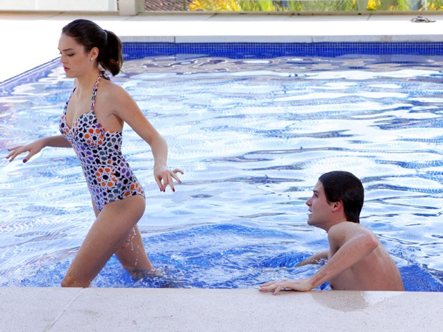 Cida dá uma de durona quando Conrado puxa assunto com a Empreguete  (Foto: Cheias de Charme / TV Globo)