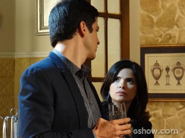 Aline enfrenta Félix na cozinha (Foto: Amor à Vida/TV Globo)