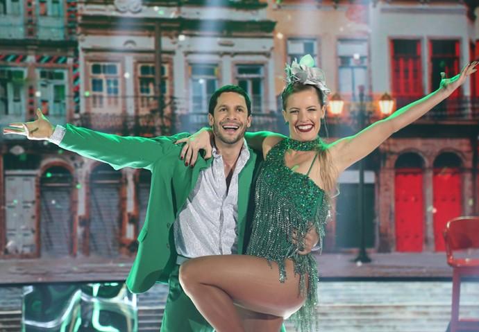 Rainer se diverte durante apresentação de samba (Foto: Carol Caminha/ Gshow)