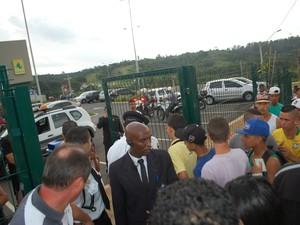 Seguranças solicitaram documentos de jovens na entrada do centro de compras em Campinas (Foto: Wagner Aparecido de Souza/ VC no G1)