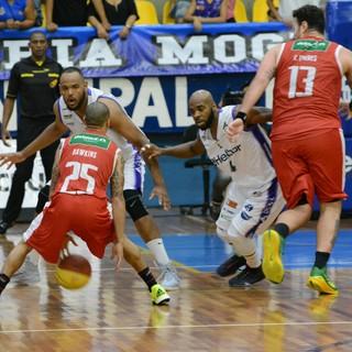 Mogi das Cruzes x Paulistano Campeonato Paulista Basquete 2015 (Foto: Cairo Oliveira)