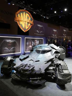 Novo Batmóvel foi revelado na feira 2015 Licensing Expo em Las Vegas na terça-feira (9) (Foto: Isaac Brekken/Invision for Warner Bros./AP Images)