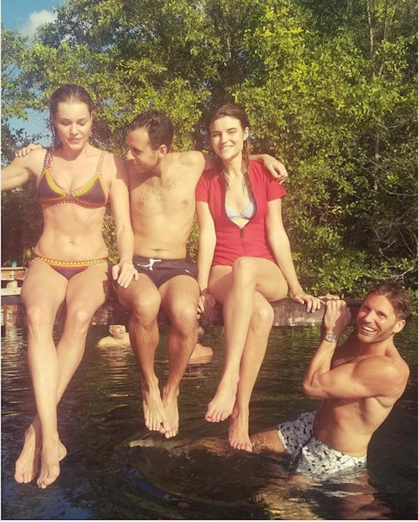 A atriz Rebecca Romijn com amigos (Foto: Instagram)