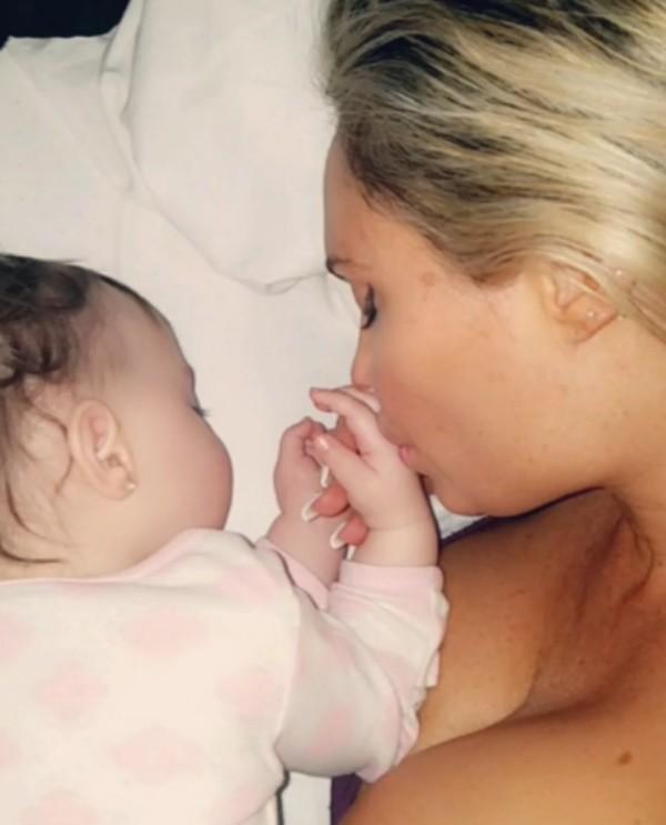 A atriz Coco Austin com a filha (Foto: Instagram)