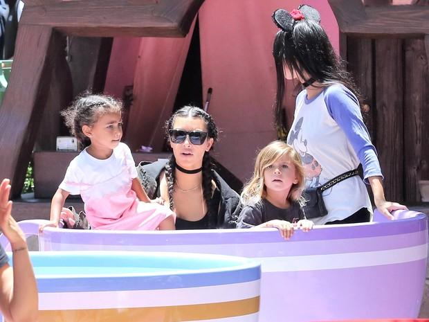 X17 - Kim Kardashain, North West, Kourtney Kardashian e Penélope em parque em Anaheim, na Califórnia, nos Estados Unidos (Foto: X17online/ Agência)