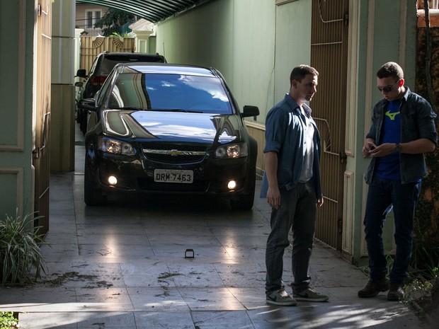 Carro leva Michel Temer de casa no bairro de Alto de Pinheiros, em São Paulo. O vice-presidente segue para Brasília (Foto: Fábio Tito/G1)