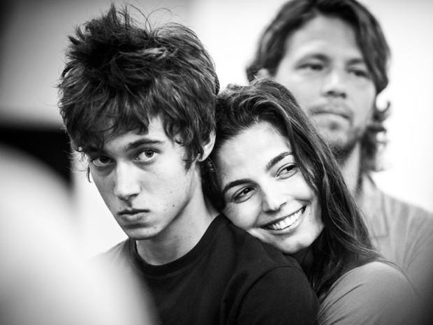 Guilherme com os 'pais' Emanuelle Araújo e Mário Frias ao fundo (Foto: Divulgação / TV Globo)