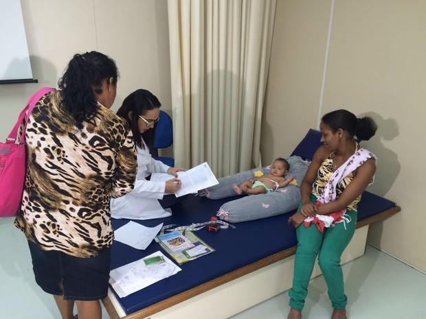 Equipe multidisciplinar realiza mutirão de exames para confirmar ou descartar casos notificados de microcefalia (Foto: Thays Estarque / G1)