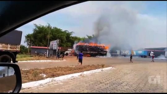 Caminhão fica destruído após pegar fogo na BR-153, em Goiás; vídeo