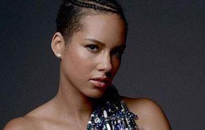 Grávida, Alicia Keys posa nua em campanha pela paz