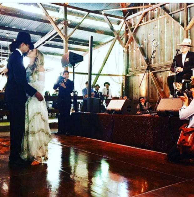 Os noivos dançam ao som de Evan Ross (Foto: Reprodução)