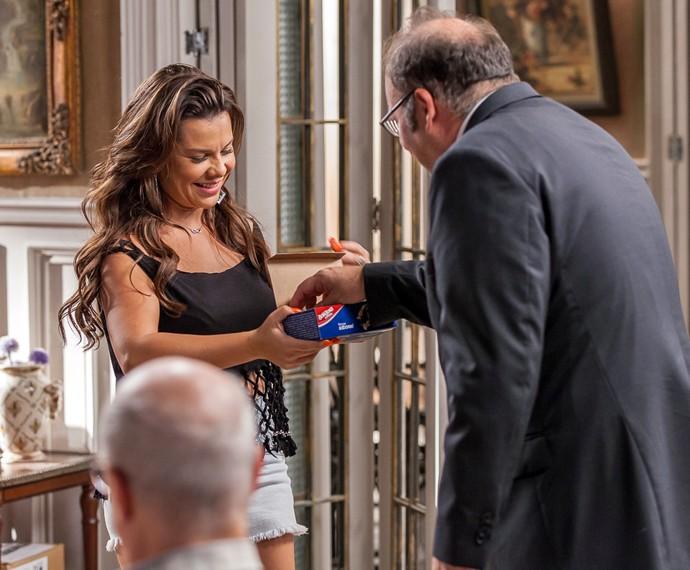 Na tentativa de conquistar a família de Vavá, Mel oferece bombons (Foto: Artur Meninea/ Gshow)