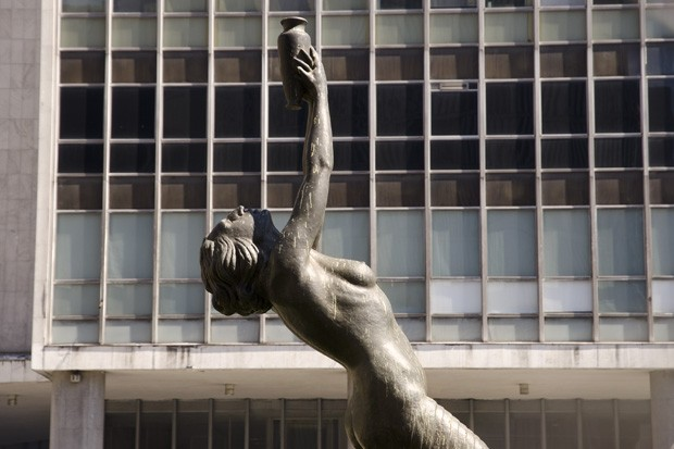 """""""Mulher com ânfora"""" ou simplesmente """"Oferenda"""" é uma obra do escultor paulistano (residente no Rio) Humberto Cozzo, elaborada em 1934 (Foto: Haroldo Castro/ÉPOCA)"""