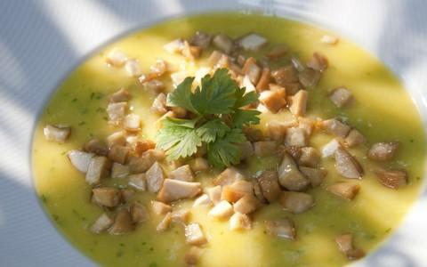 Aprenda como fazer uma sopa de batata-baroa com tofu defumado