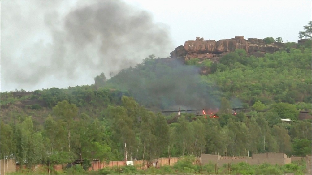 Fumaça aparece durante ataque ao resort Le Campement Kangaba, em Dougourakoro (Foto: Reuters)