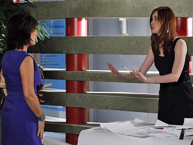Veruska consegue enganar Roberta, que nem desconfia das armações da cobra (Foto: Guerra dos Sexos / TV Globo)