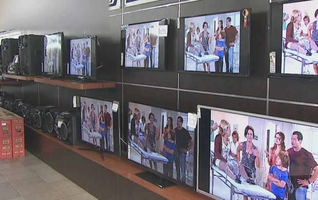 De olho na Copa, televisores de LED são os mais procurados (Foto: Reprodução TV Acre)