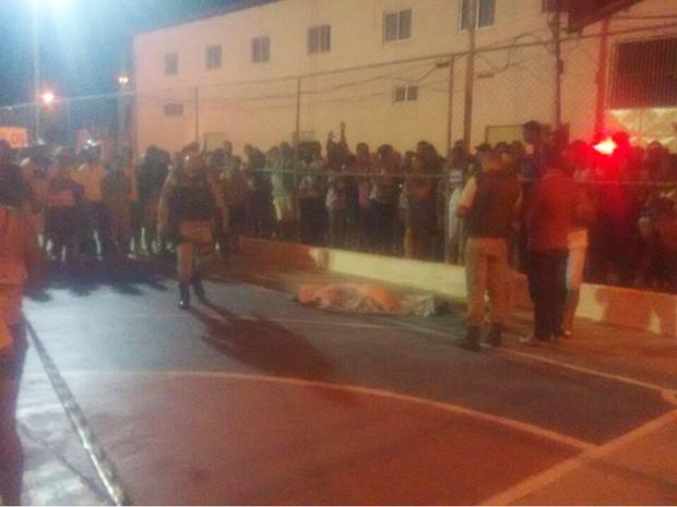 Jovem foi morto quando jogava futebol em praça, na cidade de Miguel Calmon (Foto: Calmon Noticias)