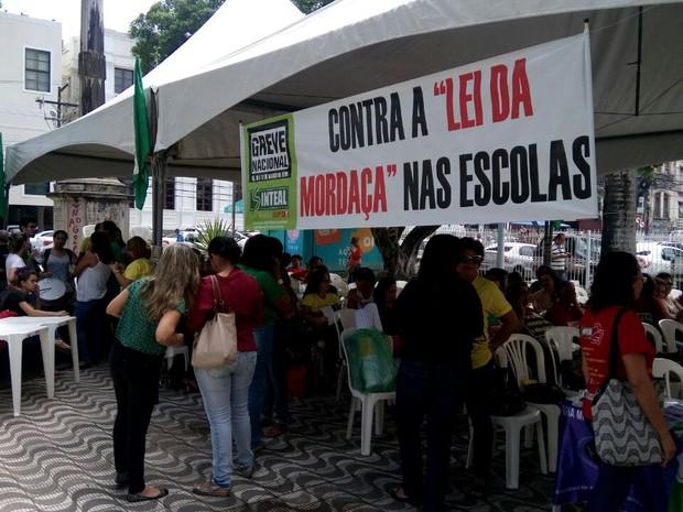 Educadores aguardam apreciação do projeto pelos deputados (Foto: Derek Gustavo/G1)